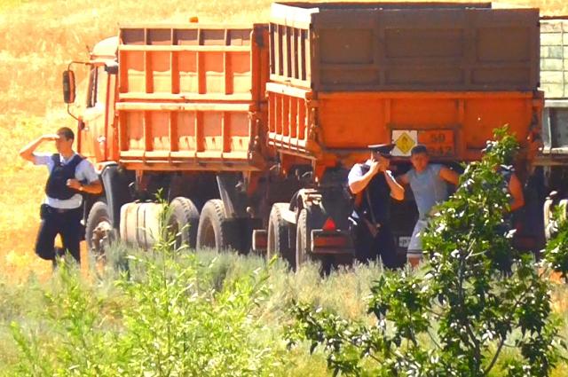 Полицейские в полном боевом обмундировании контролировали вывоз зерна.