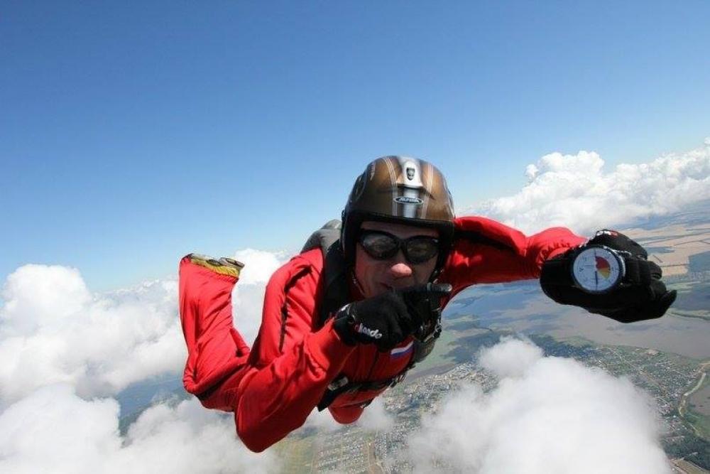 Исполнение песен собственного сочинения и прыжки с парашютом в равной степени дают Евгению Лоскутову ощущение полёта.