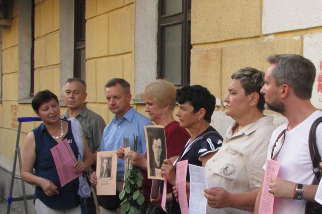 Возвращением городу памяти наряду с фондом «Последний адрес» занимаются участники свердловского отделения общества «Мемориал» и волонтеры.