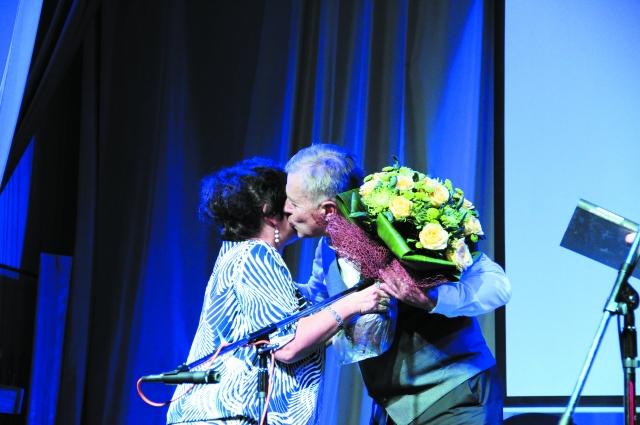 Цветы и дружеский поцелуй - спасибо за хороший вечер! кстати