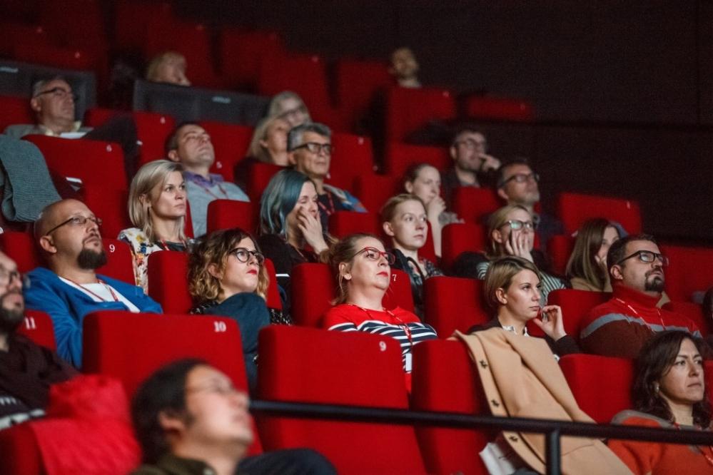 Зрители в зале кинотеатра «Apollo»