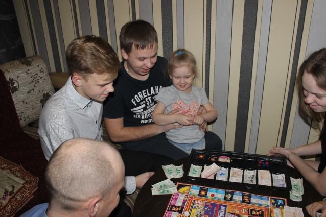 Вечерами Оськины вместе смотря телевизор, играют в настолные игры или просто делятся новостями