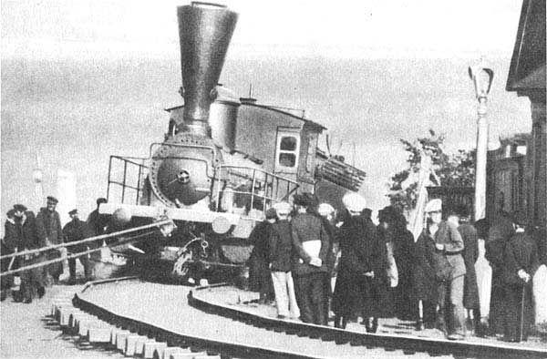 1898 г. Первый паровоз в городе буксируют с пристани до железнодорожной ветки Симбирск - Инза.