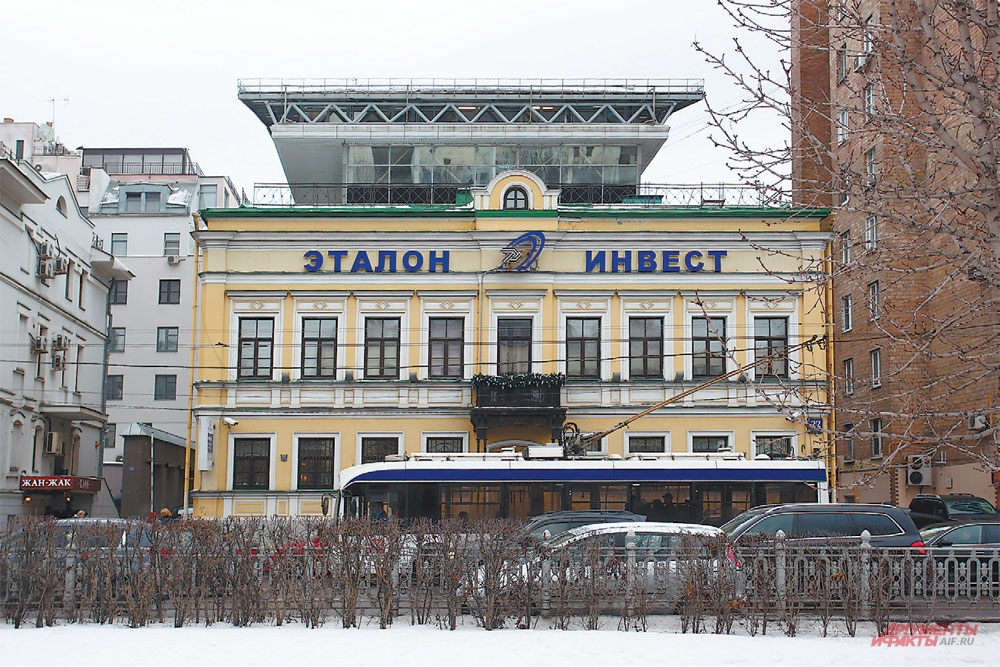 Надпись на здании расположена выше разрешённого уровня и превышены допустимые размеры.