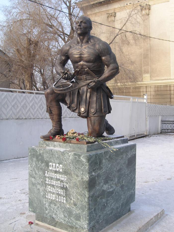 Памятник (скульптор Александр Рукавишников) установлен в 2008 г. перед зданием оренбургского цирка.