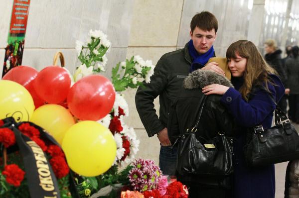 Жители Москвы на станции метро Лубянка, куда люди приносят цветы в память о жертвах взрыва 29 марта 2010 года