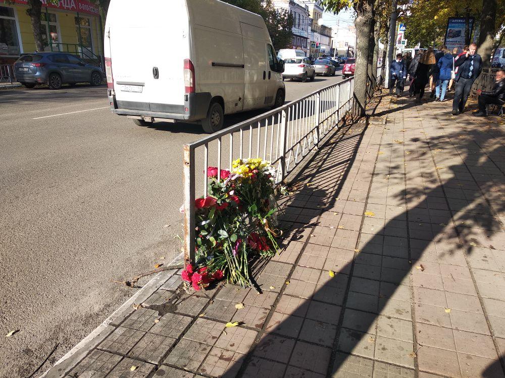 К месту аварии, где погибли два школьника, весь день несут цветы.