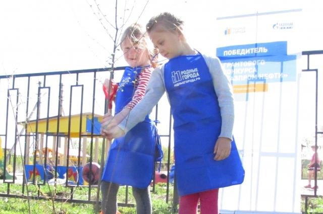 Дети всегда с интересом расспрашивают о растениях, учатся заботиться о них, поливают огород.