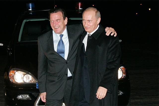 Канцлер Германии Герхард Шредер и президент России Владимир Путин у входа в Константиновский дворец. 2005 г.