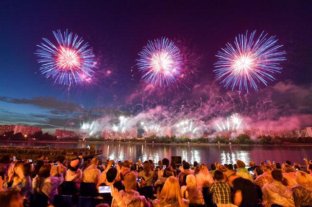 V фестиваль фейерверков традиционно пройдёт в Братееве, но все желающие смогут увидеть прямую трансляцию. На фото: фестиваль в 2018 г.