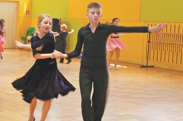 Внуковские дети танцуют джайв.