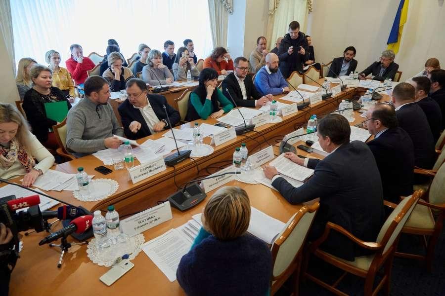 Более того, по результатам обсуждения комитет принял решение рекомендовать Верховной раде принять проект закона №2013 за основу, а также предусмотреть его вступление в силу с первого января следующего года