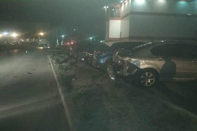 Байкер протаранил три припаркованных автомобиля