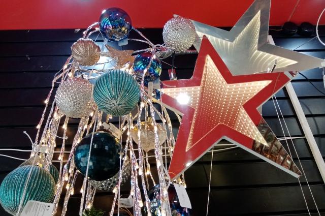 Альтернатива - космическая тема. В интерьере хорошо смотрятся 3D звёзды и ёлки, считают декораторы.