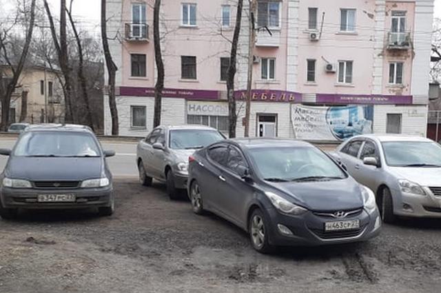 Автомобили дежурили на парковке интерната с утра 31 марта.