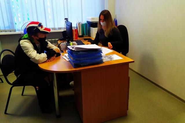 В отделе соцзащиты Дмитрию предложили более комплексную поддержку – заключить соцконтракт. Теперь он уже устроился на работу.