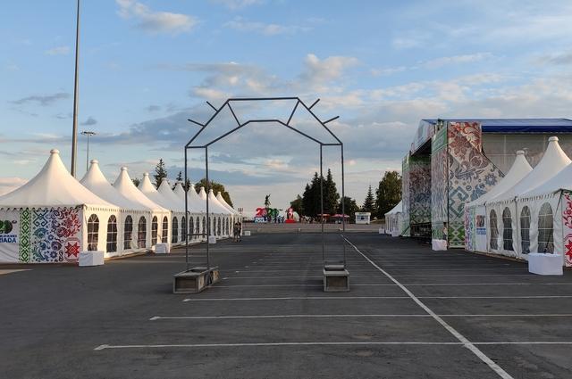 Ярмарочные палатки на площади Салавата Юлаева.