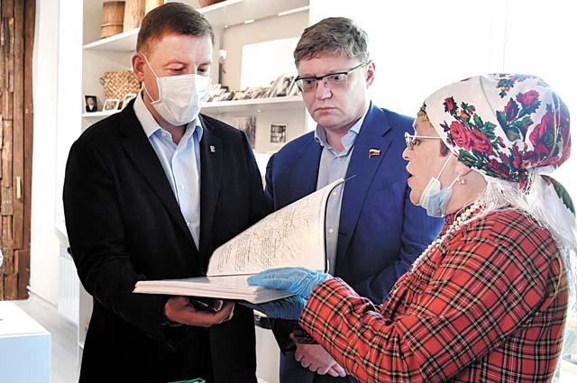 Гости побывали на выставке детских работ из глины «Сепские былички» и в «Народном музее исчезнувших деревень».