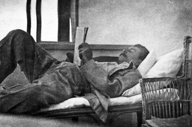 И.В. Сталин читает газету во время отдыха