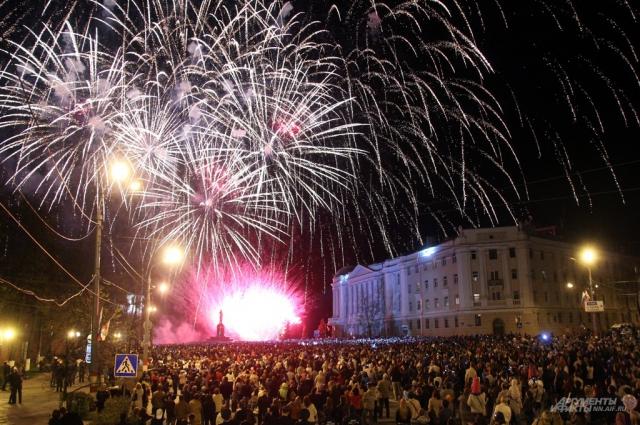 Праздничный фейерверк на главной площади запланирован на 21:00.