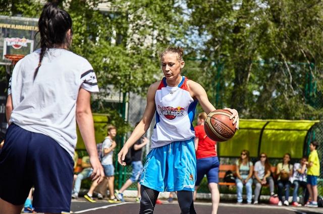 В баскетбольных состязаниях принимают участие как детские, так и взрослые команды.