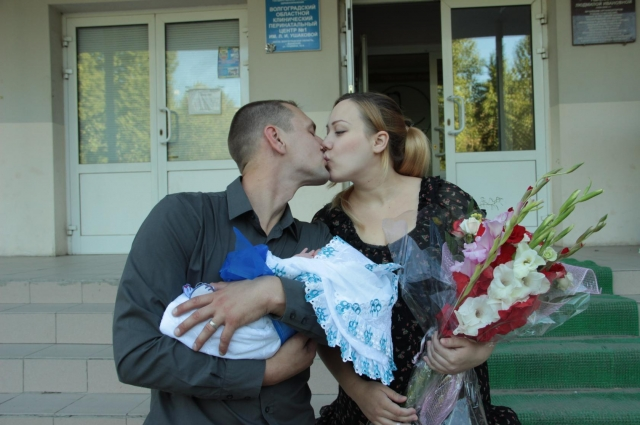 Ира с мужем во время выписки из роддома с младшим сыном.