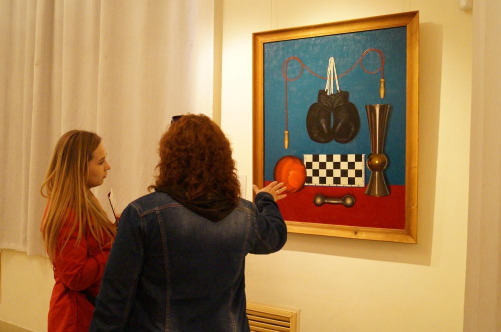 Вещи в натюрморте превращаются из обыденых предметов в символы и метафоры.