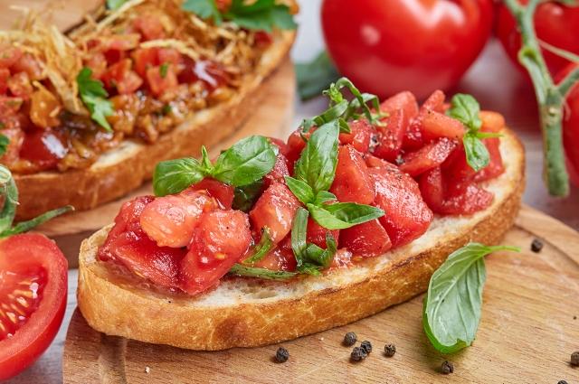 Брускетта с медовыми томатами и базиликом
