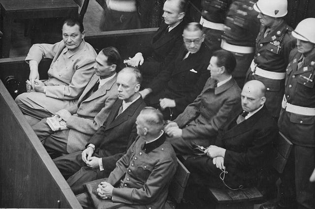 Ответчики в своей ложе, примерно 1945-1946 год. В переднем ряду, слева направо: Герман Геринг, Рудольф Гесс, Иоахим фон Риббентроп, Вильгельм Кейтель. Во втором ряду, слева направо: Карл Дёниц, Эрих Редер, Бальдур фон Ширах, Фриц Заукель.