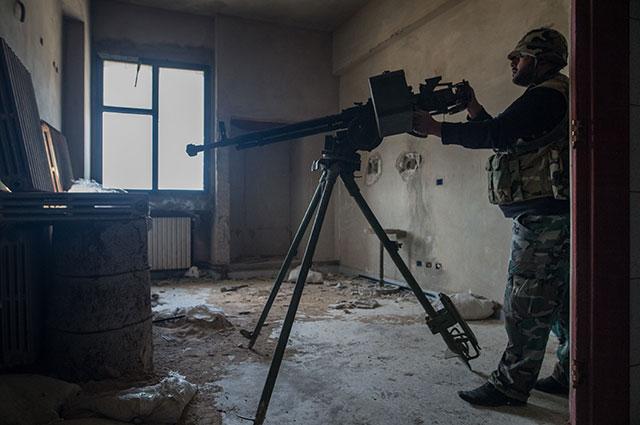 Солдат сирийской армии за пулемётом ДШК.