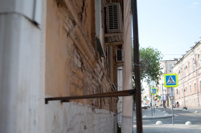 в квартирах царит полумрак. Полотна закрывают обзор из окна. Да ещё прохожие закидывают мусор в щель между стеной и полотном.