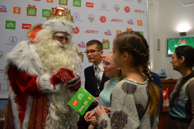 Кемеровские детишки долго не отпускали Деда Мороза: всем хотелось получить автограф на память. Не каждый день волшебника из Великого Устюга встретишь!
