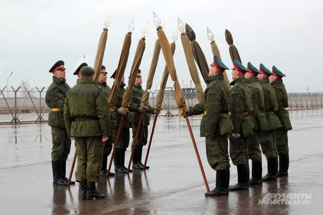 Рота почетного караула отрабатывает вынос знамен