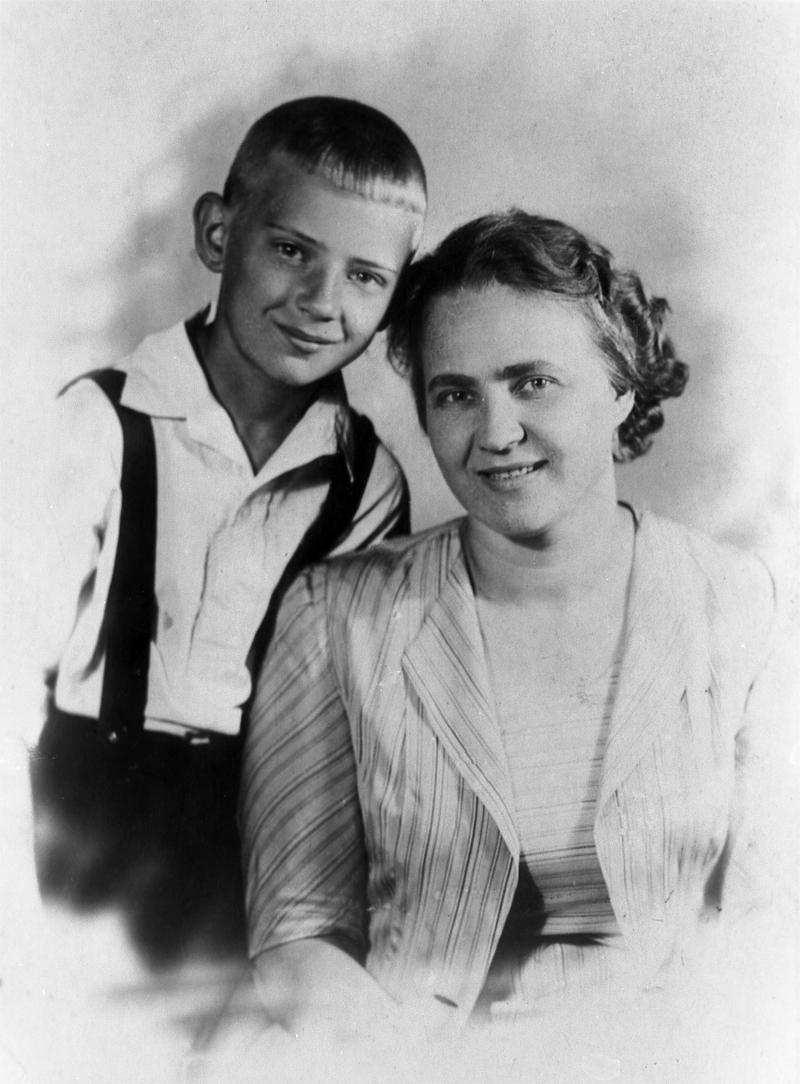 Юрий Визбор с мамой Марией Григорьевной. 1941 г