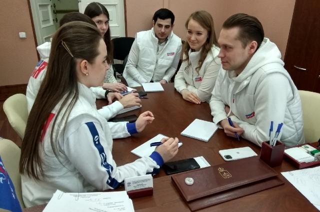 Волонтёры обсуждают предстоящую работу.