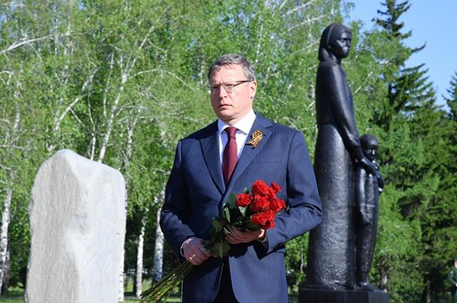 Руководитель региона почтил память воинов и работников тыла.