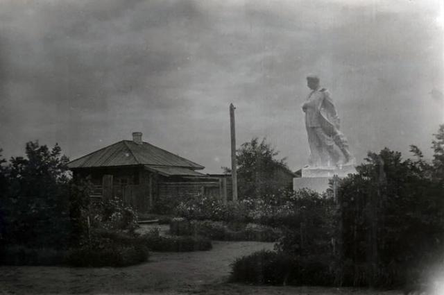 Снимок из газеты. Пятиметровая фигура вождя возвышается над Нарымом.