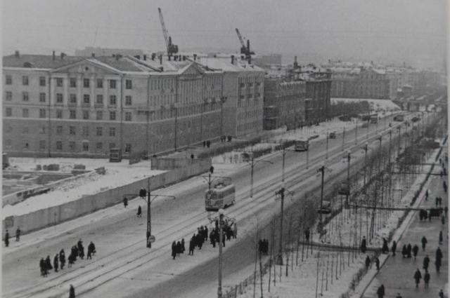 Вид на улицу Ленина в 1959 году. Фотография скорее всего сделана строителем с крана, который помогал возводить дом по адресу Ленина, 103.