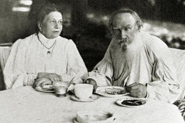 Софья Андреевнаи Лев Толстой в Ясной Поляне. 1908 год