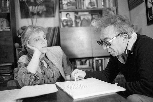 Режиссер театра на Малой Бронной Анатолий Эфрос  с женой, театральным критиком Натальей Крымовой. 1981 год.