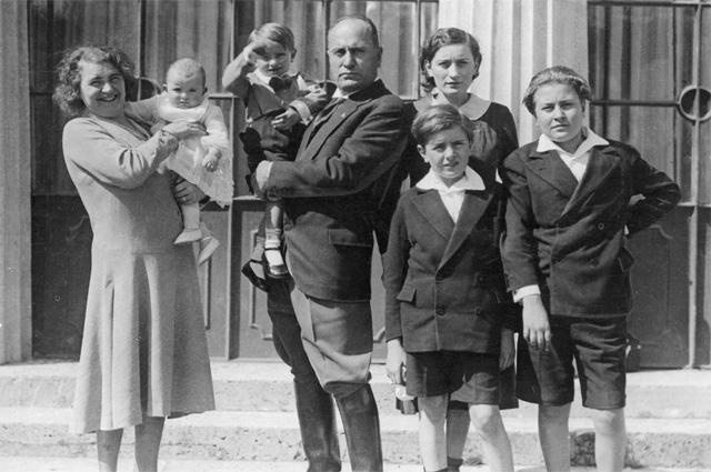 Бенито Муссолини с женой и детьми