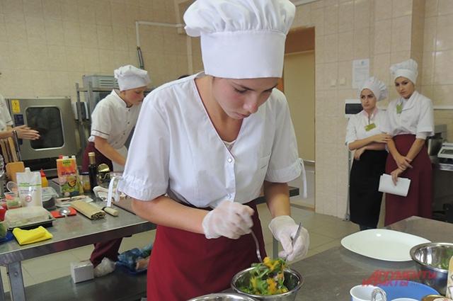 На рабочем месте, по мнению, жюри, должно быть чисто не должно стоять лишней посуды. Этому поварятам предстоит научиться.