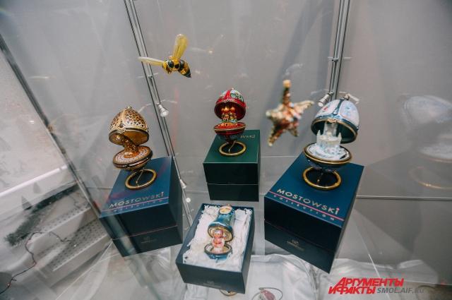 Игрушки в стиле яиц Фаберже украшены уникальными рисунками.
