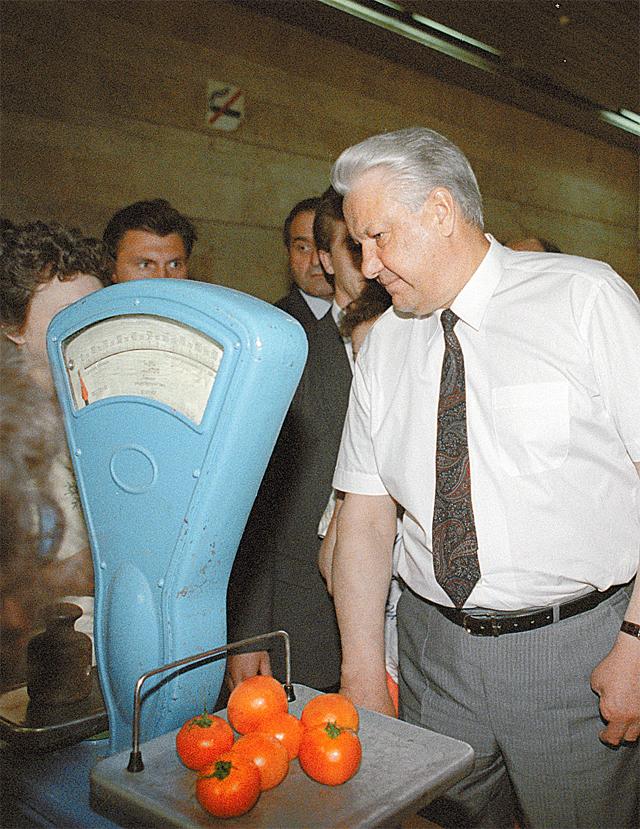 1992 г., Москва. Б. Ельцин часто инспектировал магазины.