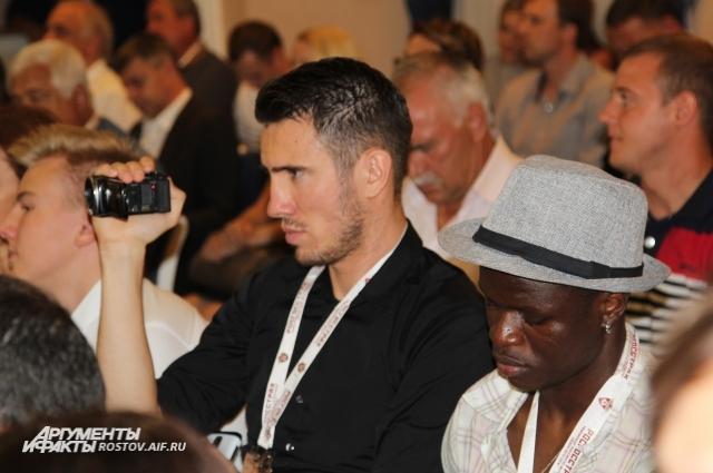 Борис Ротенберг все снимал на видеокамеру, а Муса Думбия весь вечер проходил в шляпе.