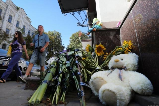 Цветы у посольства Италии в Киеве