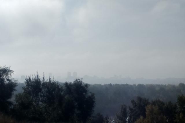 С приходом тепла над столицей края навис густой туман.