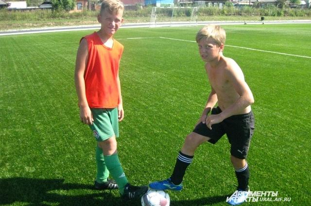 Летом ребята играют в футбол, а зимой в хоккей.