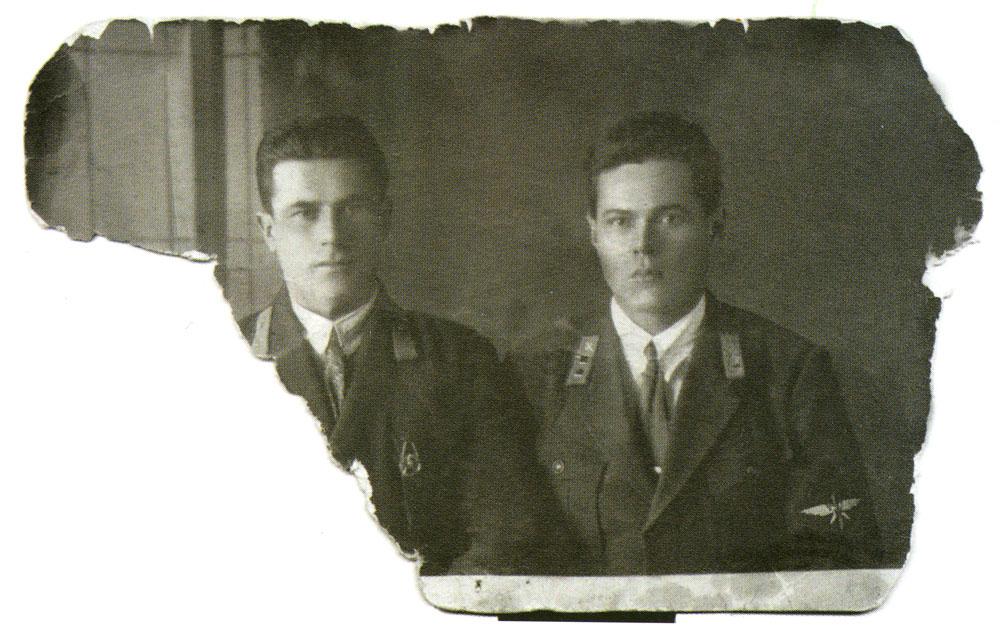 Это фото мужа, Филиппа Гулого (справа), вместе с сослуживцем Анна Герасимовна хранила всю жизнь. А прожила она 101 год. Фото из книги «Орлы над Уханем».