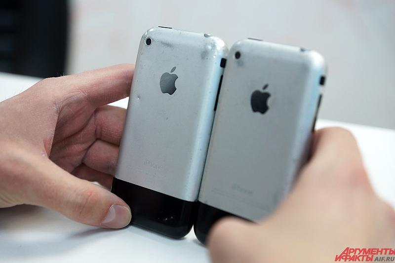 Некоторые люди до сих пор хранят дома первый телефон от Apple.